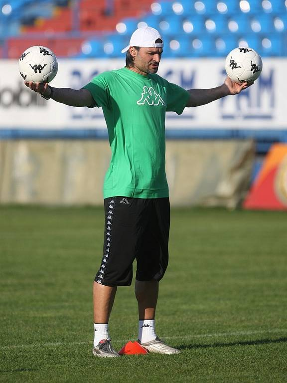 V úterý 21. dubna odpoledne trénoval fotbalisty Baníku na ostravských Bazalech Verner Lička. Na snímku Pavel Srníček.