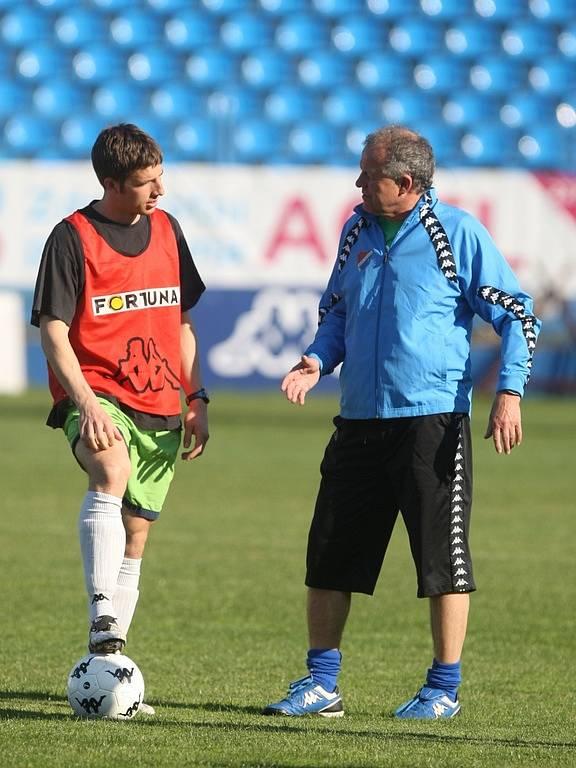 V úterý 21. dubna odpoledne trénoval fotbalisty Baníku na ostravských Bazalech Verner Lička. Na snímku vlevo Tomáš Marek.