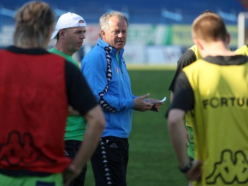V úterý 21. dubna odpoledne trénoval fotbalisty Baníku na ostravských Bazalech Verner Lička (uprostřed).