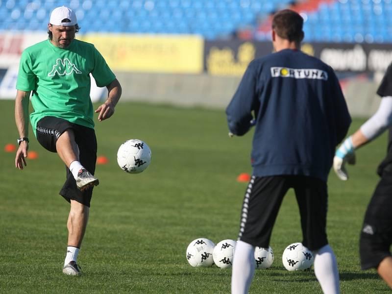 V úterý 21. dubna odpoledne trénoval fotbalisty Baníku na ostravských Bazalech Verner Lička. Na snímku vlevo Pavel Srníček.