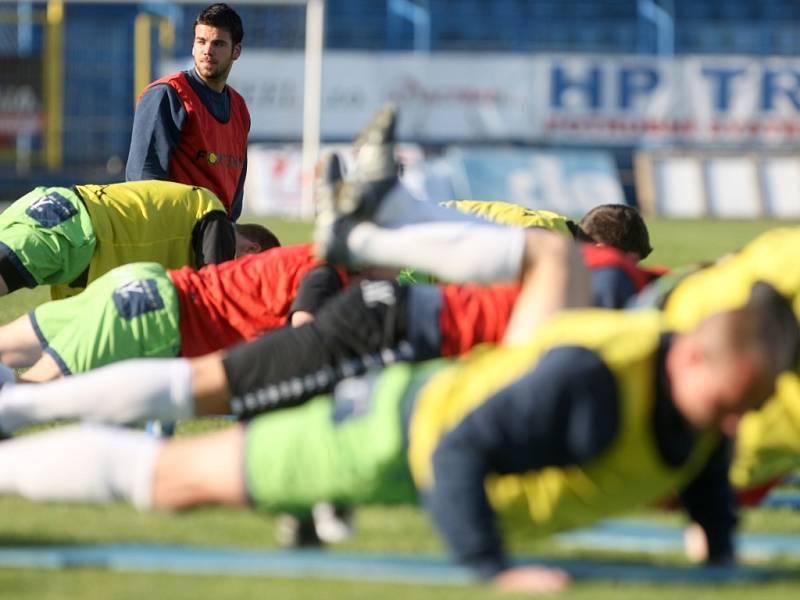 V úterý 21. dubna odpoledne trénoval fotbalisty Baníku na ostravských Bazalech Verner Lička. Na snímku vlevo Robert Zeher.