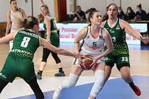 Basketbalistky SBŠ Ostrava (v zeleném) prohrály úvodní čtvrtfinále play-off na palubovce favorizovaného týmu Žabiny Brno 51:77.