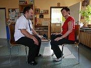 Téměř nezaměstnatelní klienti Centra pro osoby se zdravotním postižením Čtyřlístek nacvičují stínohru na známý videoklip skupiny Buty.