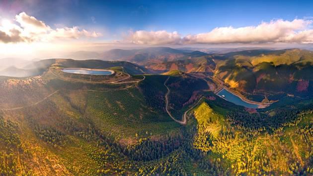 Dlouhé stráně na snímku z dronu, který dokumentuje unikátní a zároveň přirozené zasazení horní i dolní nádrže do jesenické krajiny.