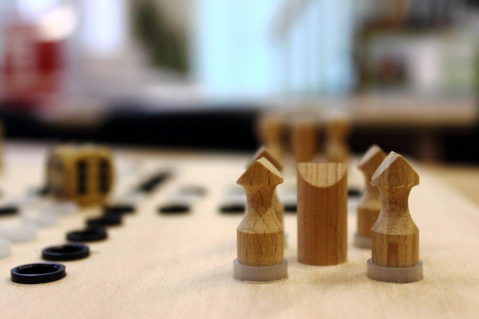 Stolní hry s Braillovým písmem či speciální nápojový lístek mohou zrakově postiženým lidem v Ostravě zpříjemnit život.