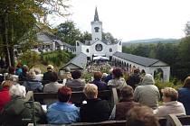 Maria Hilf. Zlatohorský poutní kostel Maria Hilf nechali v roce 1973 komunisté srovnat se zemí. Po dvaceti dvou letech byl ale kostel znovu postaven a vysvěcen.