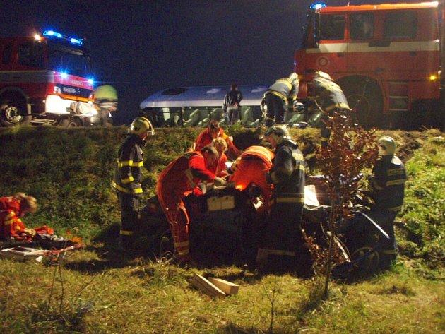 Dopravní nehoda autobusu a osobního automobilu Citroen Saxo u Kopřivnice