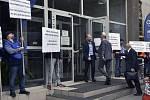 Majitel hutní společnosti Liberty Ostrava Sanjeev Gupta (druhý zprava) přichází 28. května 2020 v Ostravě k jednání s odboráři, kteří nesouhlasí s činností vedení firmy. Ve dveřích ho vítá generální ředitel Pascal Genest.
