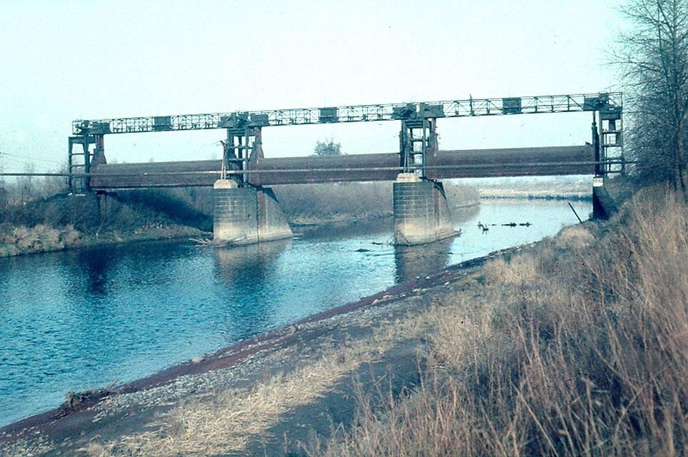 Z doby před 2. světovou existoval na Odře pod soutokem s Ostravici tzv. Koblovský jez (cca km 9,7), který měl být součástí připravovaného splavnění řeky. Nejen, že k výstavbě vodní cesty nedošlo, ale poddolovaný jez i po vyhrazení bránil odtoku velkých vo