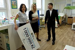 Ondrášek dostal velký dar, zleva jeho ředitelka Bronislava Husovská, zakladatelka Sylva Vartová a ředitel pojišťovny Ivo Brodecký.