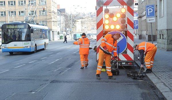 Ve dvakrát horším stavu než po loňské zimě jsou podle silničářů vsoučasnosti ostravské cesty.