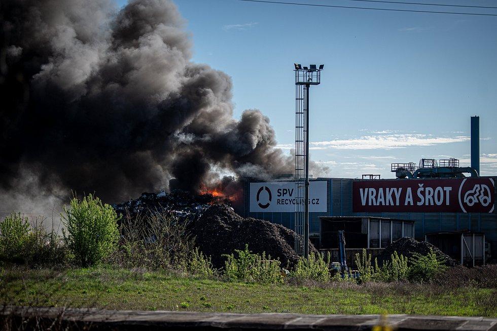 Kvůli pondělnímu (10. května 2021) požáru v areálu autovrakoviště v Ostravě-Vítkovicích byl vyhlášen zvláštní stupeň poplachu. Hustý kouř byl od rána viditelný už zdaleka.
