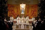 Půlnoční pontifikální mše sv. v katedrála Božského Spasitele, 24. prosince 2018 v Ostravě. Na snímku Biskup František Václav Lobkowicz (ve středu).