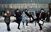 Příznivci britské skupiny komiků Monty Python uspořádali v Ostravě-Svinově akci Švihlá chůze Ostravou (Silly Walk). Oslavili tak Mezinárodní den švihlé chůze, který připomíná slavný skeč o ministerstvu švihlé chůze s hercem Johnem Cleesem v hlavní roli.