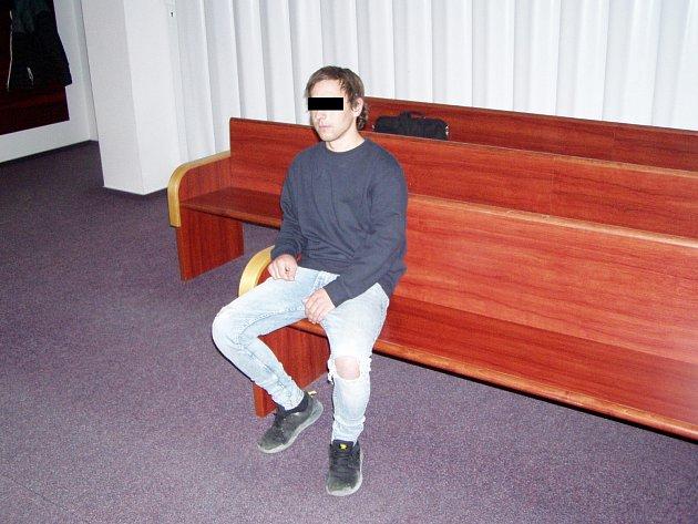 Mladík, který napadl vtramvaji seniora, na chodbě ostravského soudu.