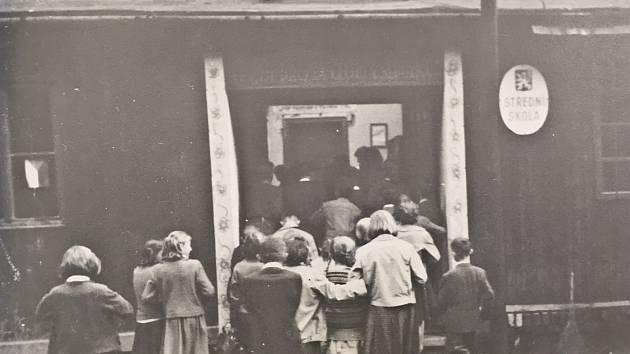 Jedni z prvních studentů, kteří v Krásném Poli zamířili do střední školy poté, co byly přejmenovány z někdejších měšťanek.
