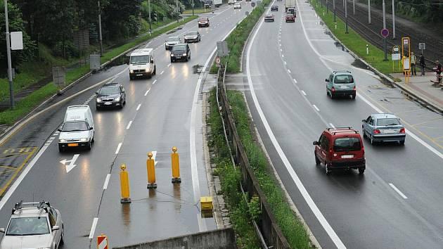Dlouhé kolony aut se v ranní i odpolední špičce tvoří v Místecké ulici v Ostravě. V místě křížení s Rudnou ulicí se totiž opravují pilíře mostu a doprava je tam svedena do jednoho pruhu v každém směru.