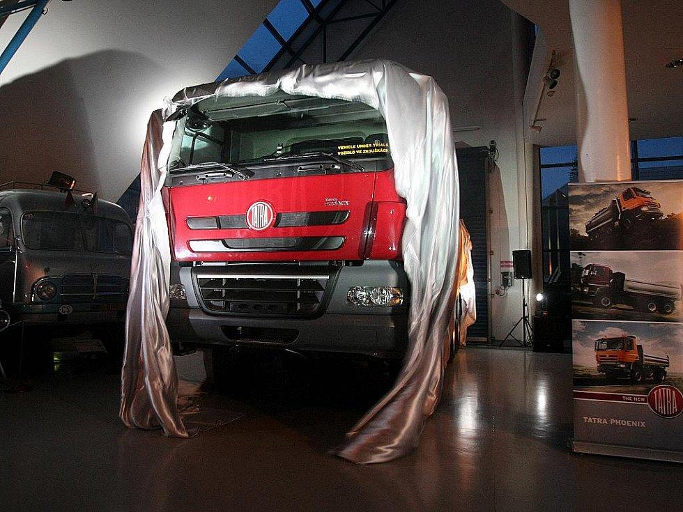 TATRA PHOENIX – to je název nového nákladního auta, které ve středu oficiálně představilo novinářům vedení kopřivnické automobilky.