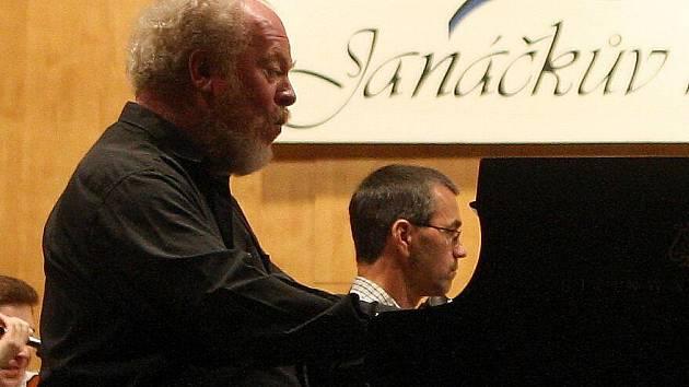 Osmapadesátiletý instrumentalista Gerhard Oppitz je skvělý klavírista a vášnivý pilot
