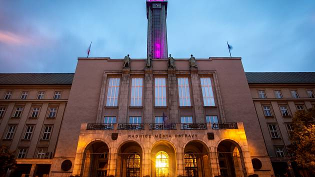 Ostrava uctí památku obětí zhasnutím dominant města.