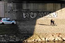 Strážníci při prohlížení kufříku odloženého pod Mostem Pionýrů u řeky Ostravice v centru Ostravy.