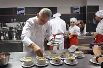 MIROSLAV KUBEC a kuchtíci v akci. Obor kuchař v moderní gastronomii se vyučuje na AHOL.