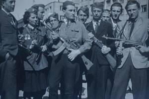 """Tankista Jiří Brabec (uprostřed) krátce po válce jako člen svazu národní revoluce se svými spolubojovníky, ale i s horlivými revolucionáři """"posledního dne""""."""