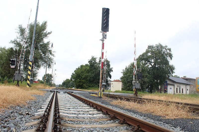 Problematická křižovatka, kde se kříží železniční a silniční doprava. V budoucnu bude řešena mimoúrovňově.