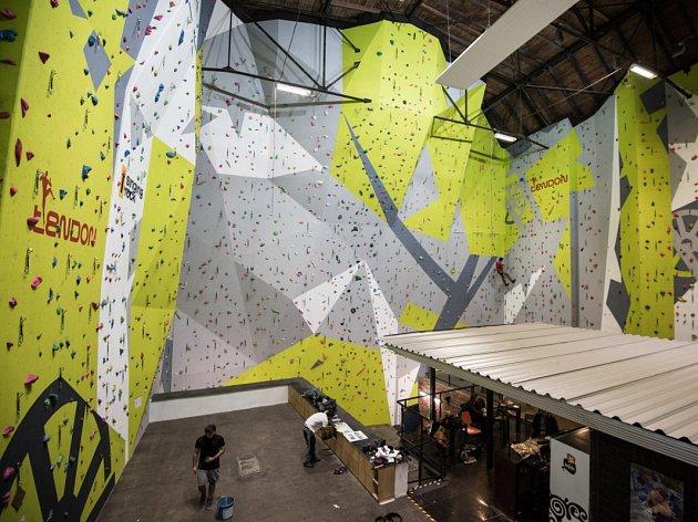 Největší lezecká stěna v Moravskoslezském kraji vyrostla ve strojovně Dolu Hlubina.