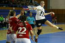 Házenkářky Poruby porazily v sobotu v úvodním utkání osmifinále Challenge Cupu kosovský celek KHF Shqiponja 51:18 a prakticky už postoupily do dalšího kola. Odveta v Kosově bude jen formalitou.