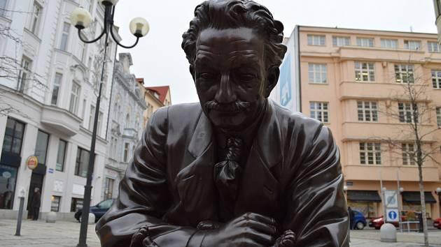 Jiráskovo náměstí v centru Ostravy zdobí od konce prosince 2017 socha Leoše Janáčka, který je zachycen v životní velikosti a kolemjdoucí si k němu mohou přisednout a třeba se s ním i vyfotografovat.