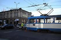 Ranní nehoda na Nádražní ulici v Ostravě v úterý 21. dubna 2015.