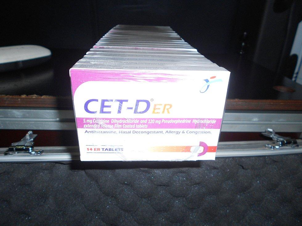 V autě se nacházelo větší množství léků, ze kterých by se dalo vyrobit bezmála třicet kilogramů pervitinu.