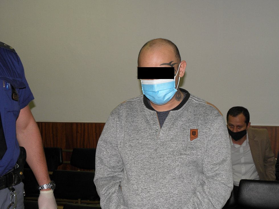 Muž se před soudem k vraždě servírky přiznal.