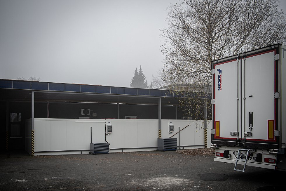 Krematorium Ostrava nestíhá zpopelňovat zemřelé. Už v listopadu muselo vybudovat venkovní box pro mrtvé.