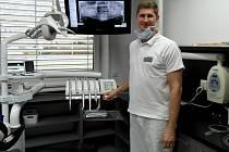 Posila ostravské zubní pohotovosti MUDr. Michal Klimas dělá i v havířovské soukromé stomatologické klinice.
