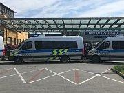 Policisté u nádraží v Ostravě-Svinově čekají na příjezd fanoušků Sparty.