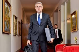 Ministr obrany Lubomír Metnar na snímku přichází na schůzi vlády, která poprvé po vládních prázdninách zasedala 26. srpna 2019 v Praze.