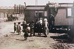 U KARAVANU. V roce 1950 byli v Porubě fotograficky zachycení kočující Romové.