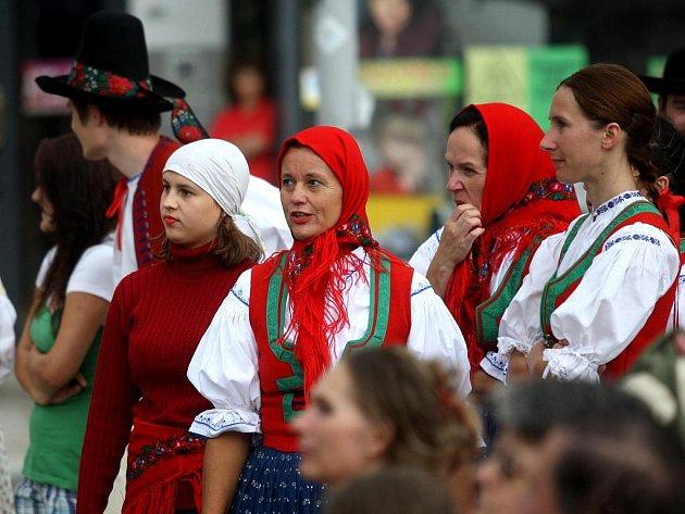 Barevné kroje, exotické tance, hudba a zpěv převzaly hlavní role v tomto srpnovém týdnu v Ostravě. Začal zde už třináctý ročník mezinárodního festivalu Folklor bez hranic.