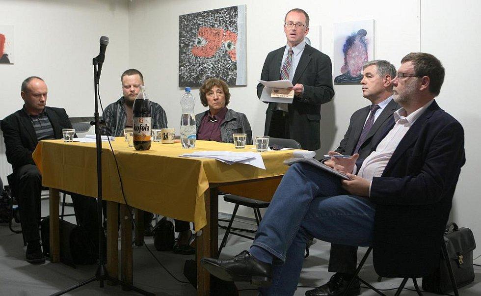 O stavbě nové vědecké knihovny diskutovali ve čtvrtek večer v antikvariátu Fiducia spolu s architekty také hejtman Jaroslav Palas (druhý zprava) a krajský zastupitel Zbyněk Stanjura (zcela vpravo).