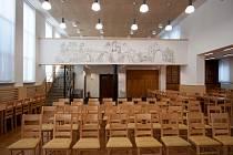 Obecní sál ve Zbyslavicích září po nákladné rekonstrukci novotou. Jeho dominantami jsou pódium s oponou na přední a venkovská panoramatická freska na zadní stěně.