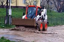 Bahno se dostalo do ulic a některých zahrad a dvorů rodinných domů ve Staré Vsi nad Ondřejnicí. Hasiči také odčerpávali vodu ze sklepů v Úvalnu na Bruntálsku.