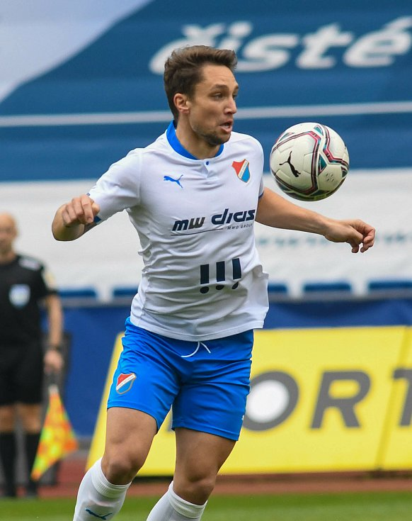 Fotbalisté Baníku Ostrava (v modro-bílém) v duelu 28. kola FORTUNA:LIGY s Mladou Boleslaví (2:1). U míče Adam Jánoš.