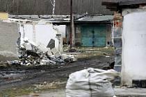 Mnohé ze zdevastovaných garáží už zmizely, na místě však stále ještě pár neopečovávaných objektů zůstává.