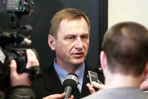 Podle náměstka ředitele moravskoslezské policie Radíma Daňka policisté ročně přijmou na 165tisíc nouzových volání na číslo 158.Další přebírají zlinky 112.