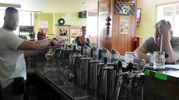 Čistější je to bez kuřáků a lidé si na to docela rychle zvykli, tvrdí provozovatel baru (vlevo).