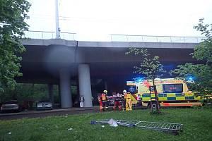Jedno auto po srážce zůstalo na mostě, druhé spadlo z bezmála desetimetrové výšky. Na místě zasahovali i hasiči , záchranáři i policisté.
