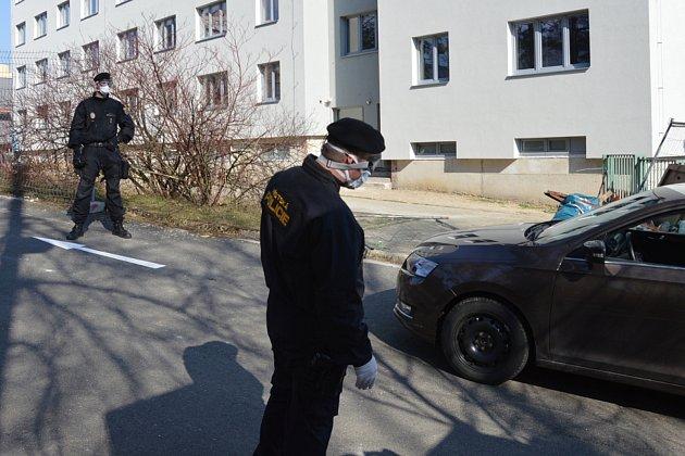 Strážníci pomáhají usměrňovat dopravu uodběrového místa uFakultní nemocnice Ostrava.
