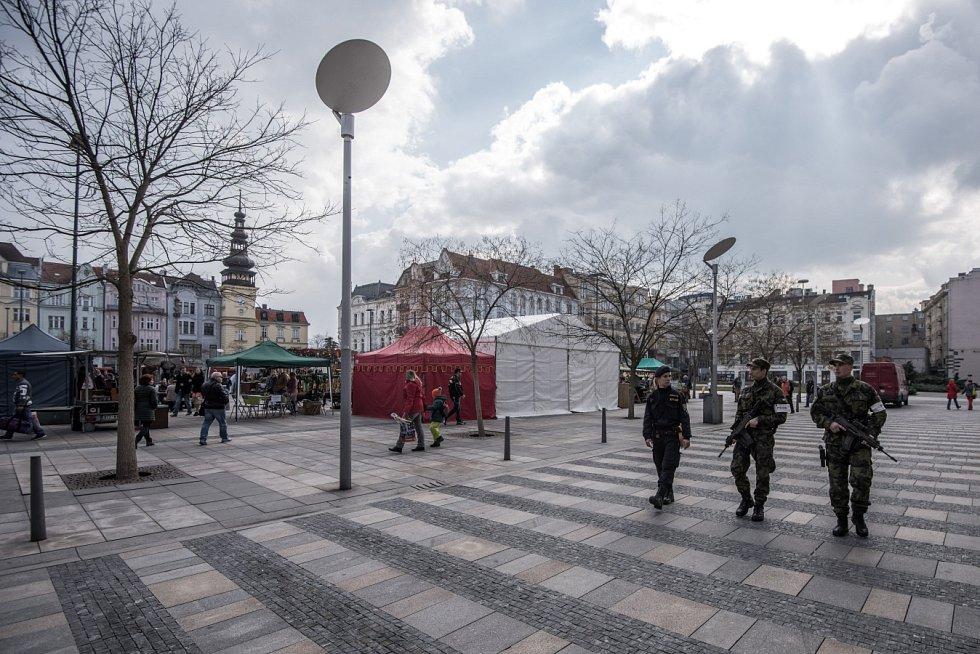 Společné hlídky vojáků a policistů v ulicích Ostravy i dalších měst České republiky se objevily například v reakci na teroristické útoky v Bruselu. Ilustrační foto.